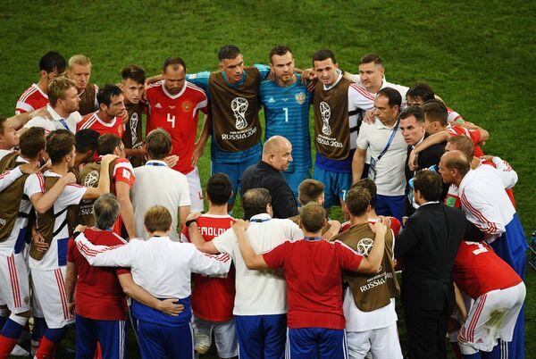 Станислав Черчесов (в центре) и футболисты сборной России