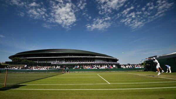 Вид на корт во время матча Уимблдонского теннисного турнира