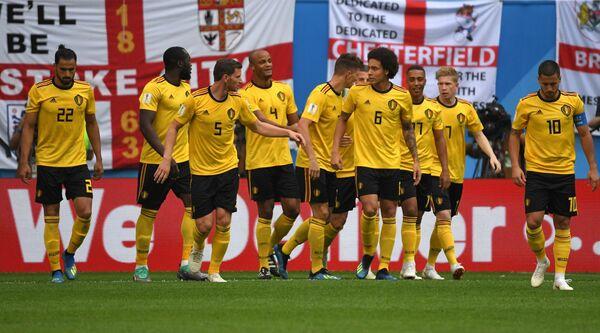 Футболисты сборной Бельгии радуются забитому мячу