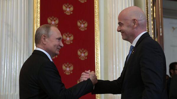 Президент РФ Владимир Путин и президент FIFA Джанни Инфантино (справа)