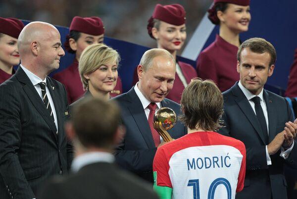 Президент ФИФА Джанни Инфантино, президент РФ Владимир Путин и хорватский полузащитник Лука Модрич (слева направо)