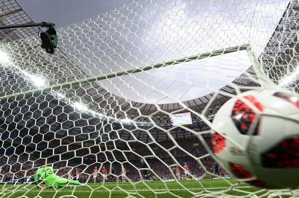 Вратарь сборной Хорватии Даниэль Субашич пропускает гол после удара форварда сборной Франции Антуана Гризманна