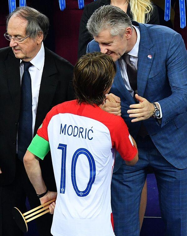 Глава Хорватского футбольного союза Давор Шукер и хавбек сборной Хорватии Лука Модрич (справа налево)