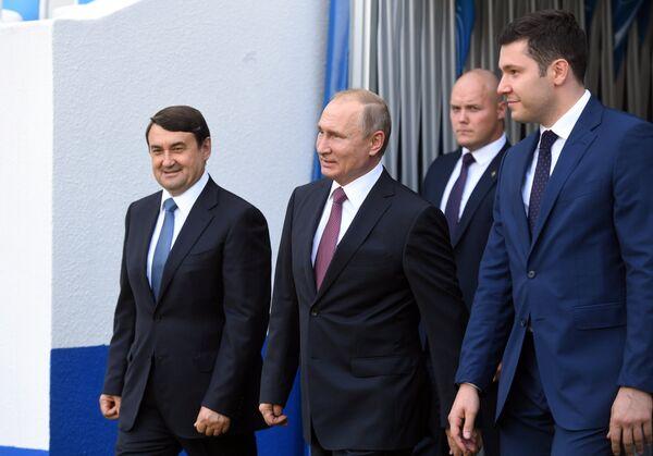 Владимир Путин во время посещения стадиона Калининград