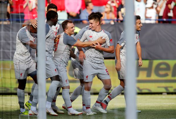 Футболисты Ливерпуля празднуют забитый гол в матче Международного кубка чемпионов против Манчестер Юнайтед