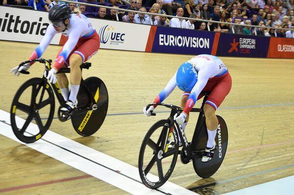 Дарья Шмелёва (слева) пересекает финишную черту