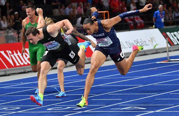 Сергей Шубенков (слева) пересекает финишную черту