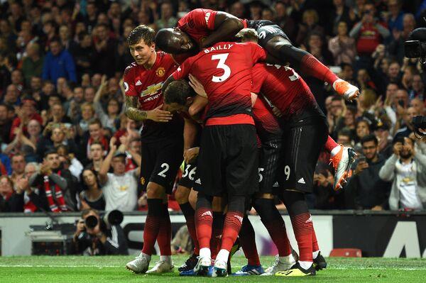 Футболисты МЮ празднуют гол в ворота Лестера в матче первого тура чемпионата Англии