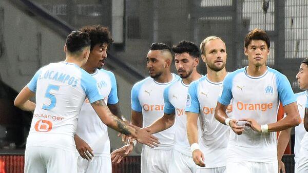 Футболисты Марселя радуются забитому мячу в ворота Тулузы