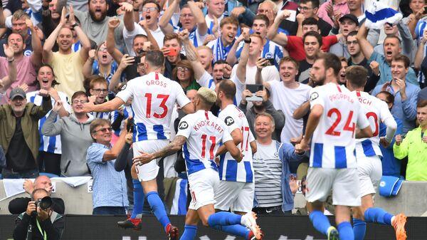 Футболисты Брайтона празднуют гол в ворота Манчестер Юнайтед