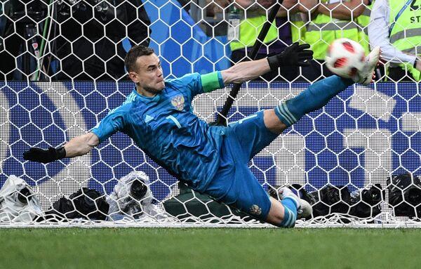 Вратарь сборной России Игорь Акинфеев отбивает мяч в матче 1/8 финала чемпионата мира против сборной Испании