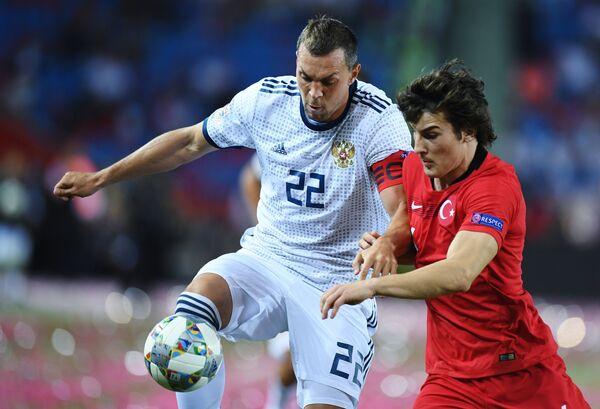 Слева направо: Артем Дзюба (Россия) и Чаглар Сёюнджю (Турция)