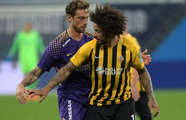 Игрок Зенита Клаудио Маркизио (слева) и игрок Кайрата Изаэл