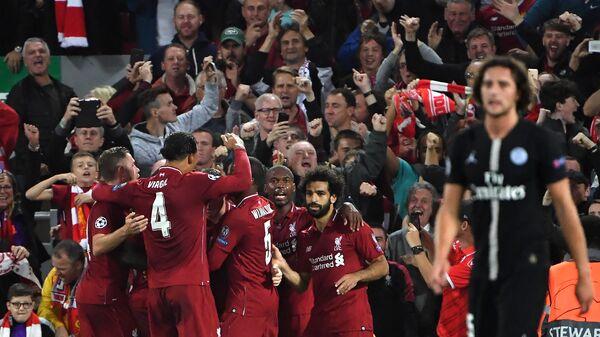 Футболисты Ливерпуля радуются забитому мячу