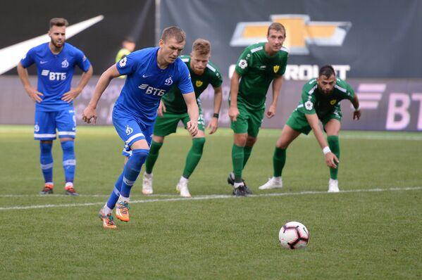 Форвард Динамо Евгений Луценко пробивает пенальти