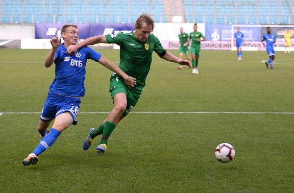 Форвард Динамо Евгений Луценко (слева) и защитник Анжи Дмитрий Белоруков
