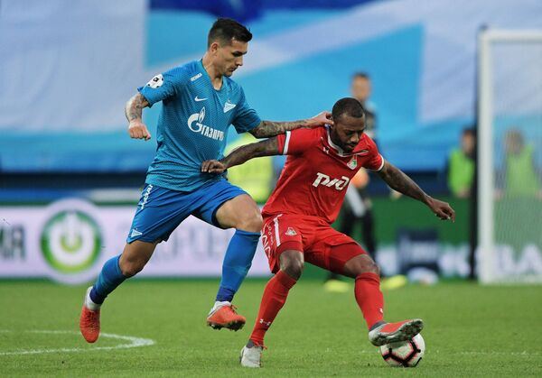 Хавбек Зенита Леандро Паредес (слева) и полузащитник Локомотива Мануэл Фернандеш