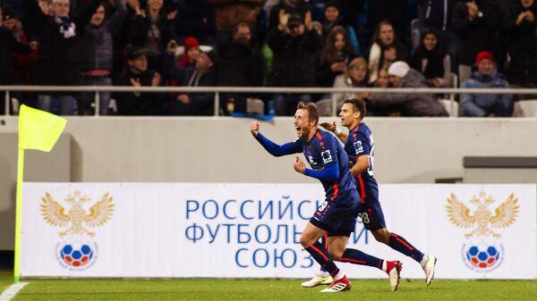 Футболисты Балтики Максим Григорьев и Руслан Магаль (справа) радуются забитому голу