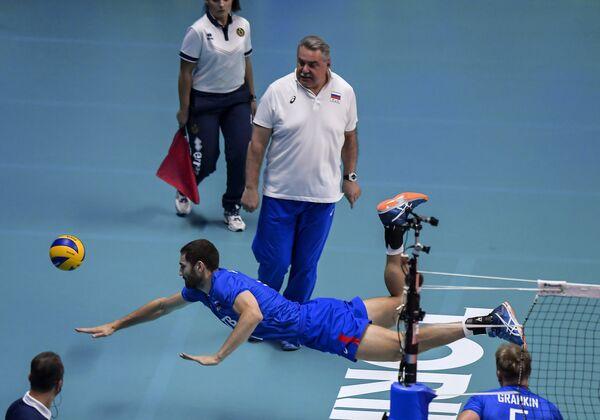 Максим Михайлов (на первом плане) и главный тренер сборной России Сергей Шляпников