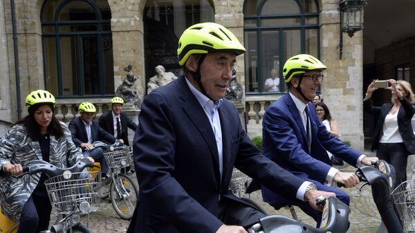 Эдди Меркс (в центре)