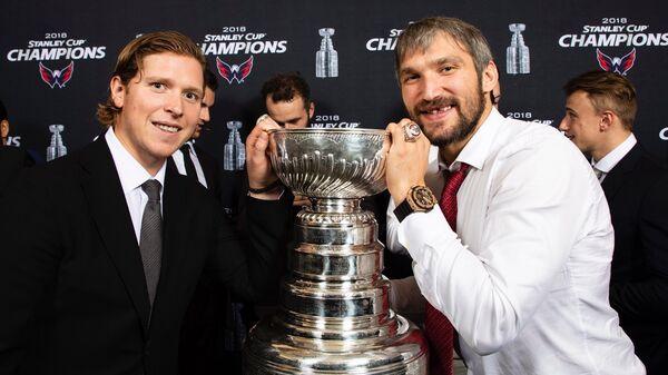 Никлас Бекстрём (слева) и Александр Овечкин с Кубком Стэнли и чемпионскими перстнями