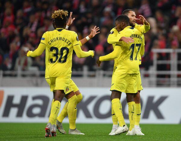 Футболисты Вильярреала радуются забитому мячу