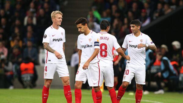 Футболисты Севильи Симон Кьер, Хесус Навас, Нолито и Эвер Банега (слева направо) радуются забитому голу