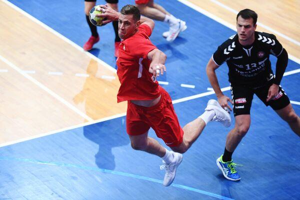 Игрок ГК Спартак Егор Евдокимов (слева) и игрок ГК Берн Микаэль Кузио