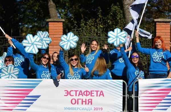 Волонтеры во время эстафеты огня XXIX Всемирной зимней универсиады в Крыму