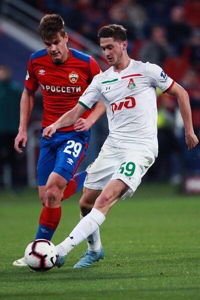 Хавбек ЦСКА Яка Бийол (слева) и полузащитник Локомотива Алексей Миранчук