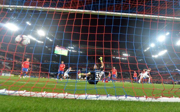Вратарь ЦСКА Игорь Акинфеев пропускает мяч в свои ворота
