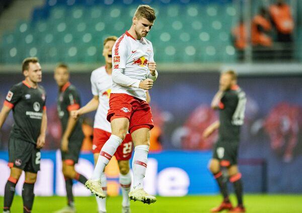 Футболисты Лейпцига радуются забитому мячу