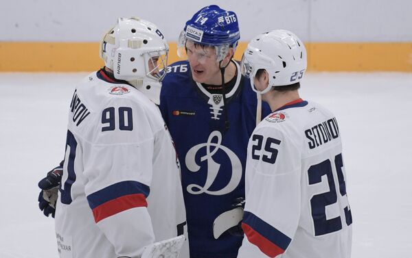 Хоккеисты Торпедо Андрей Тихомиров, Динамо Вячеслав Кулёмин и Торпедо Никита Сетдиков (слева направо)