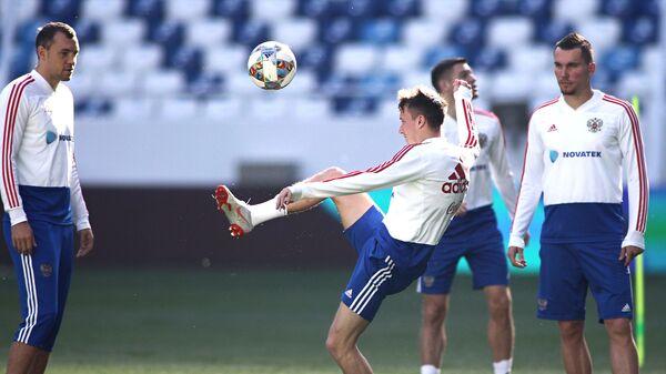 Игроки сборной России по футболу Артем Дзюба, Александр Головин и Антон Заболотный (слева направо)