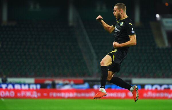 Защитник Ростова Сверрир Ингасон радуется забитому мячу