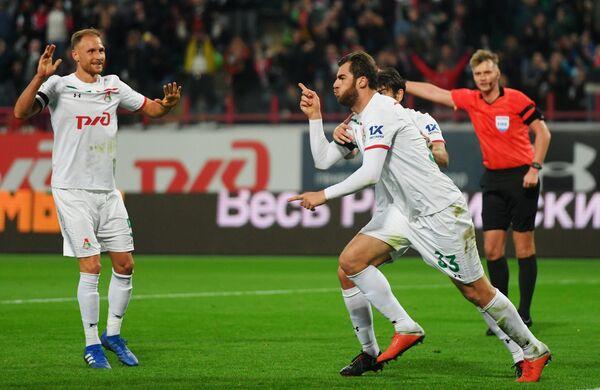 Футболисты Локомотива Соломон Кверквелия (справа) радуется забитому мячу