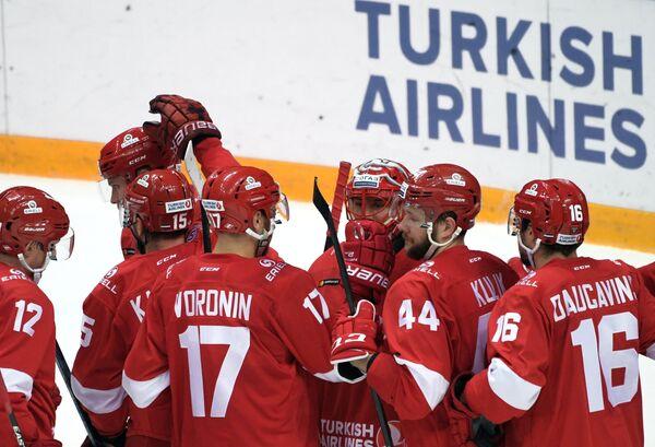 Хоккеисты Спартака поздравляют друг друга с победой