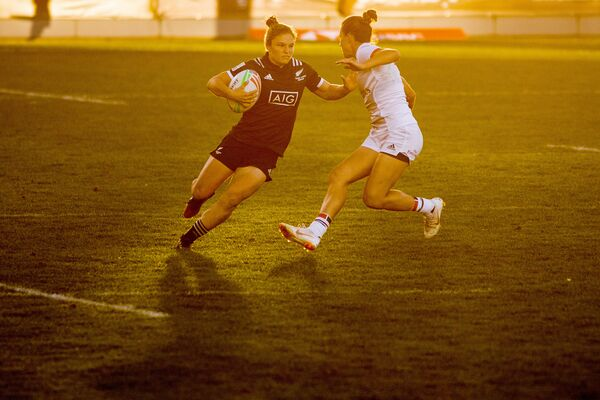 Игровой момент матча этапа Мировой серии по регби-7 Новая Зеландия - США