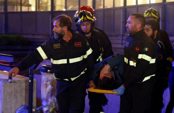Итальянские спасатели оказывают помощь болельщику ЦСКА