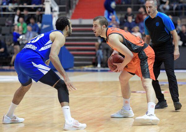 Игрок Зенита Филип Скрабб (слева) и игрок Валенсии Мэтт Томас