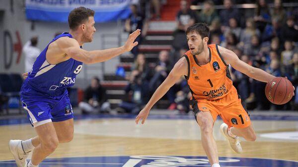 Игрок Зенита Галь Мекель (слева) и игрок Валенсии Серхи Гарсия
