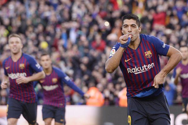Луис Суарес празднует гол в ворота Реала