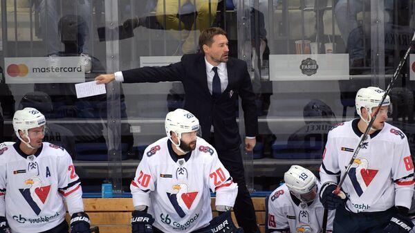 Главный тренер ХК Слован Владимир Орсаг (в центре на втором плане)