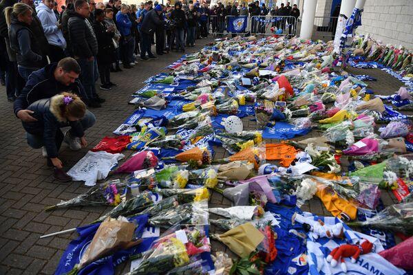 Болельщики несут цветы к стадиону Лестера