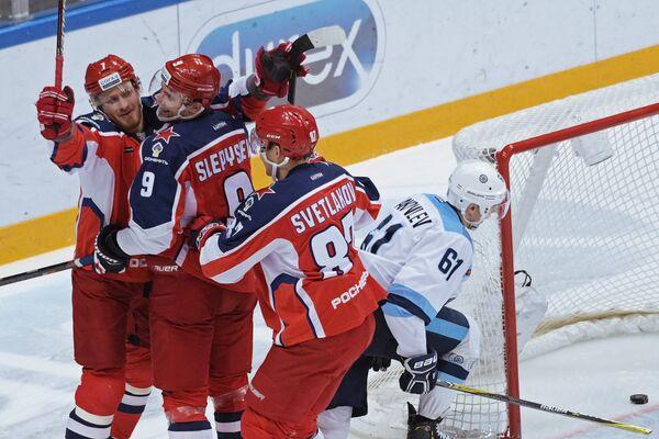 Хоккеисты ЦСКА радуются заброшенной шайбе