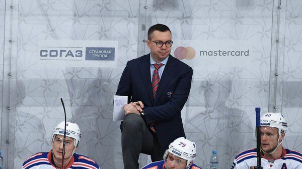 Главный тренер СКА Илья Воробьёв (в центре)