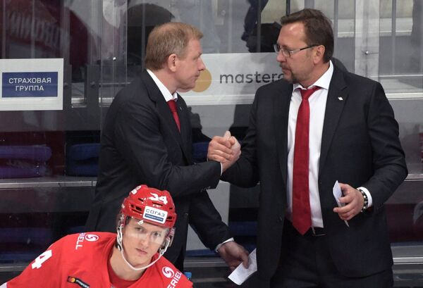 Генеральный менеджер ХК Спартак Алексей Жамнов (слева) и тренер ХК Спартак Игорь Уланов