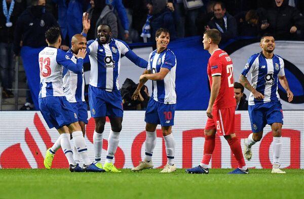 Игроки Порту празднуют гол в ворота Локомотива