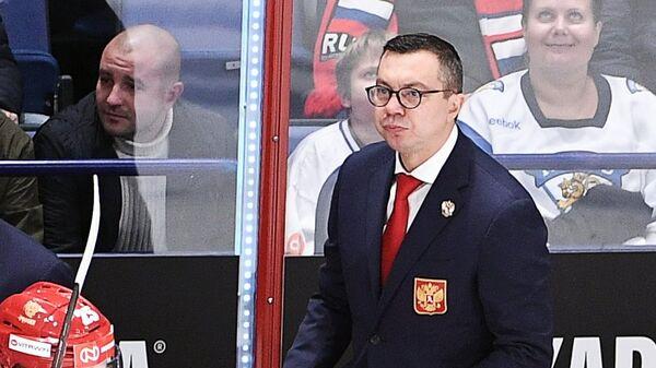 Главный тренер сборной России Илья Воробьёв (в центре)