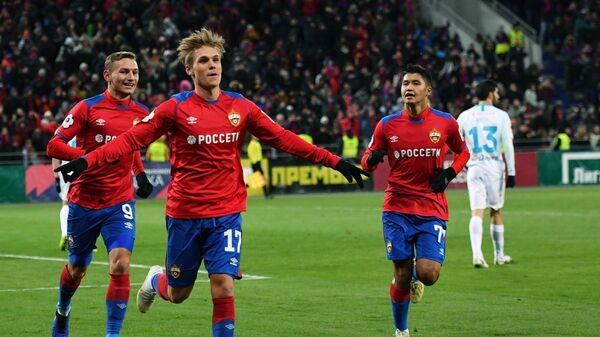 Футболисты ЦСКА Фёдор Чалов, Арнор Сигурдссон и Ильзат Ахметов (слева направо) радуются забитому голу.